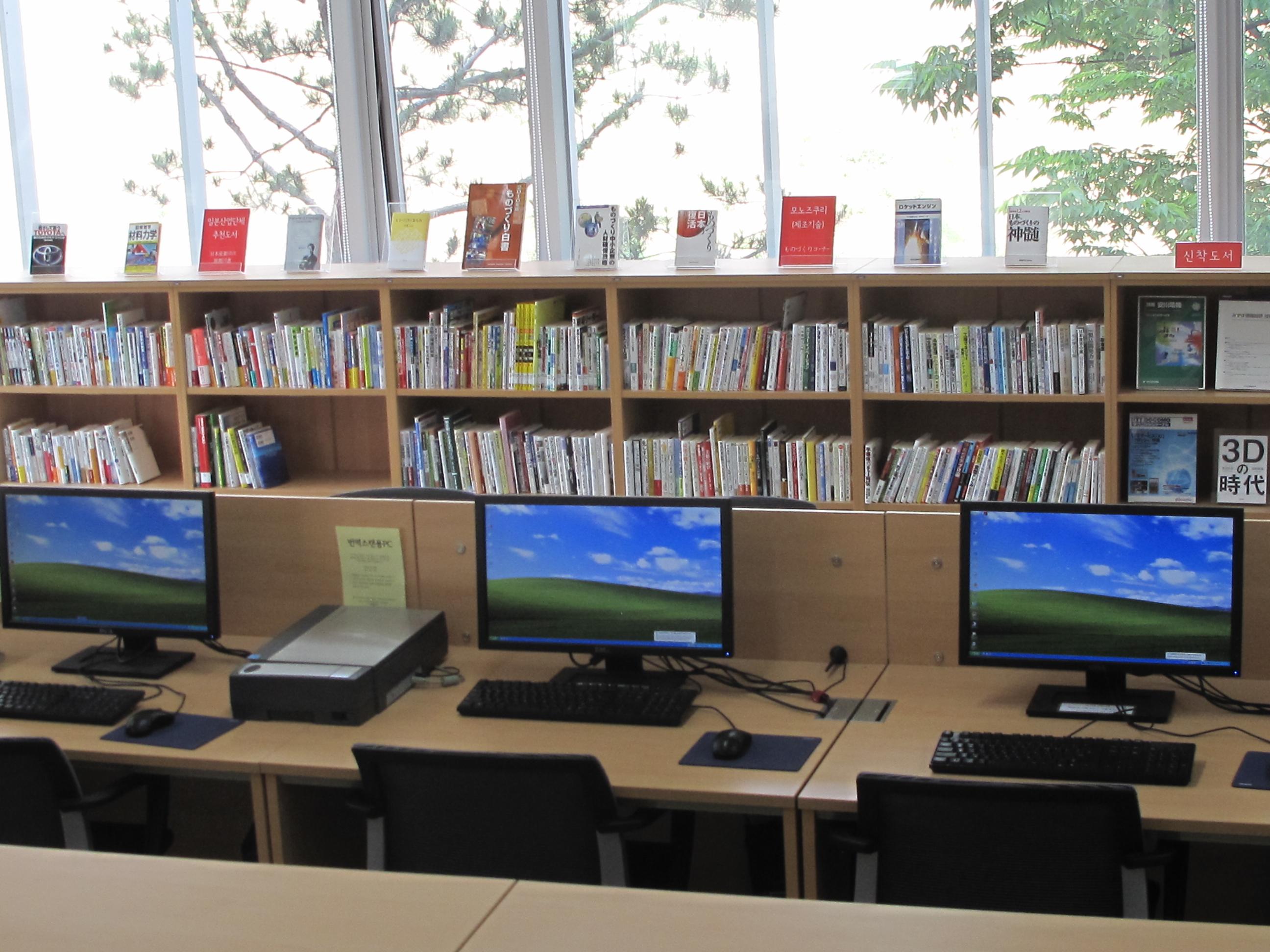 센터 3층 컴퓨터 및 서적들